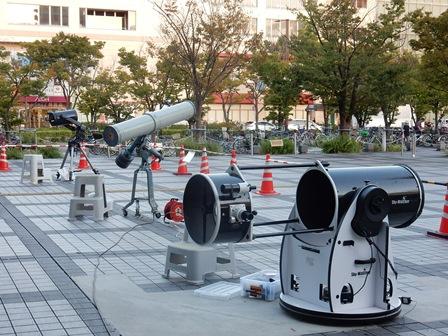 3台の大型望遠鏡hp.jpg